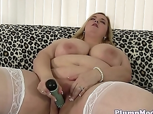 Solo plumper beauty toying say no to shaved pussy